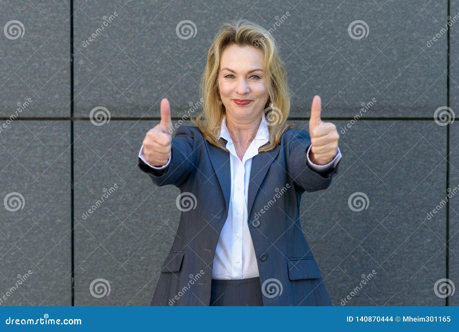 Het enthousiaste gemotiveerde vrouw geven duimen omhoog