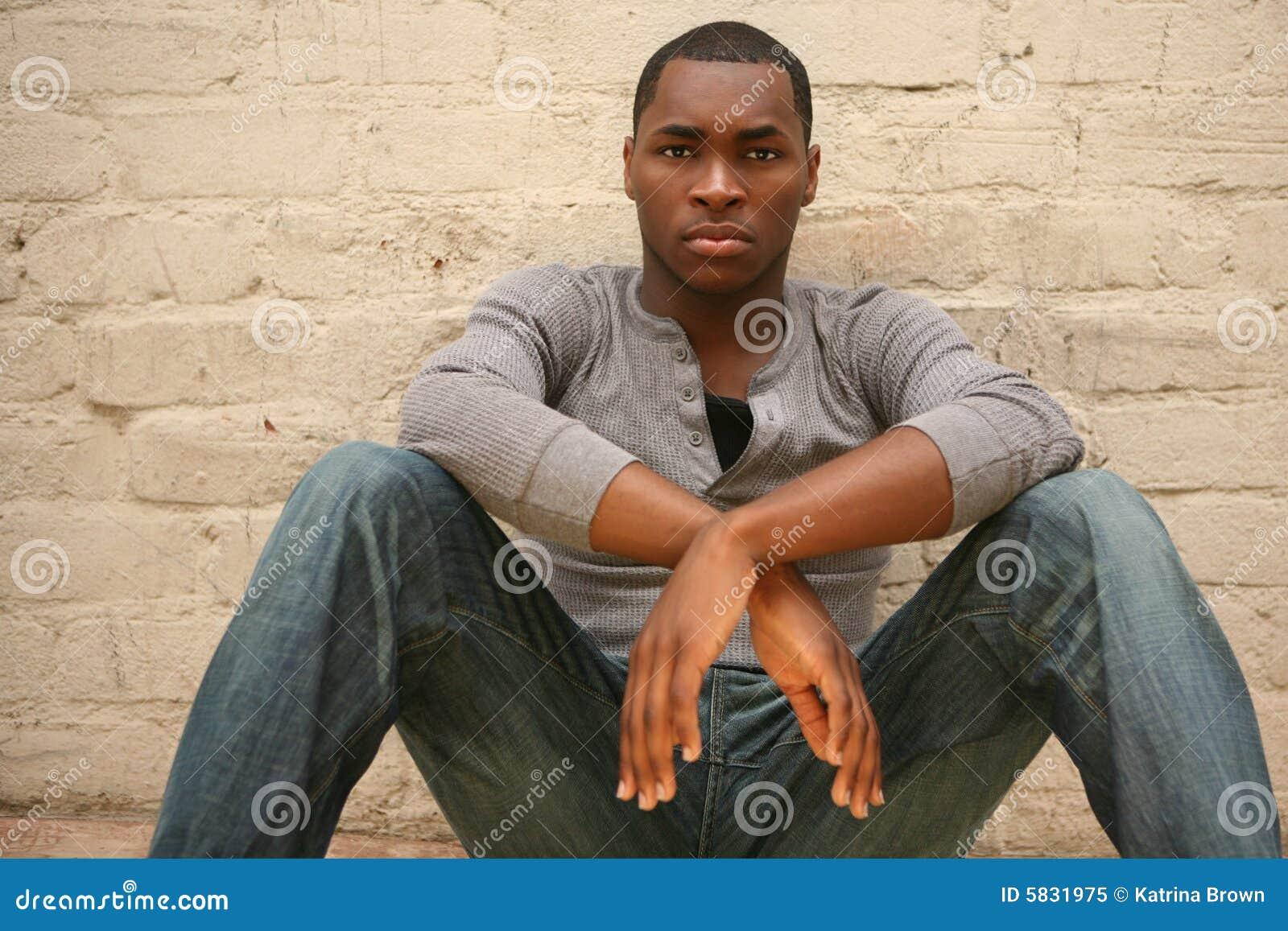 Het ernstige Jonge Afrikaanse Amerikaanse Portret Agains van de Mens