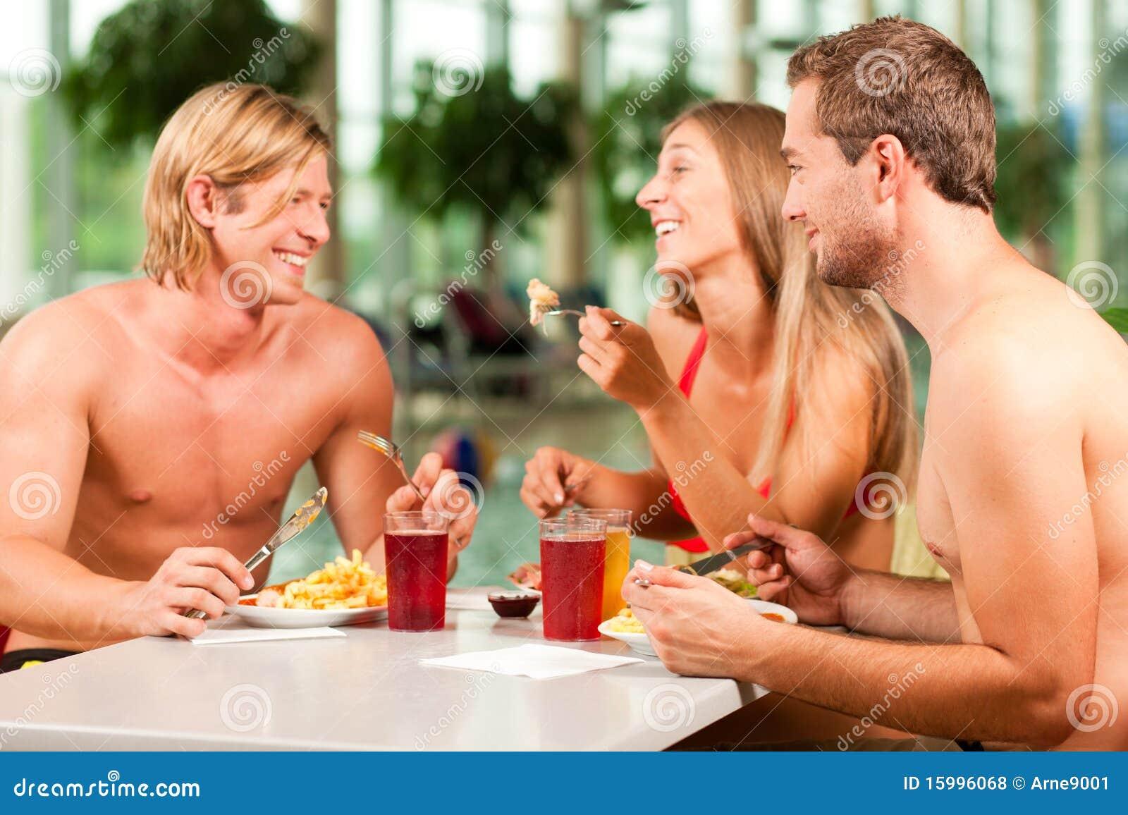 Het eten in restaurant bij openbaar zwembad