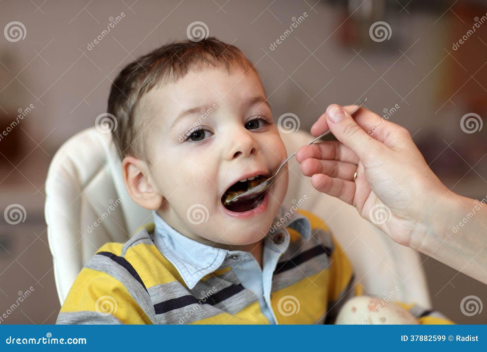 Het eten van jongen