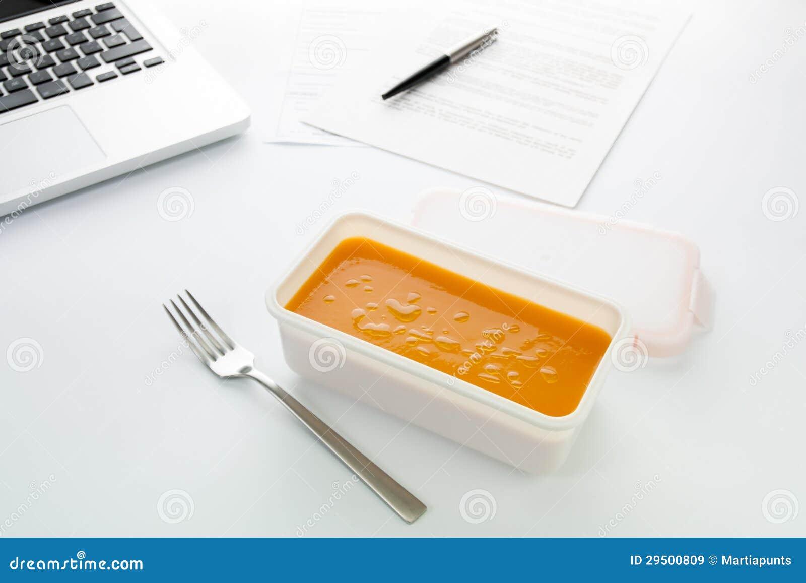 Het eten van plantaardige room in het bureau
