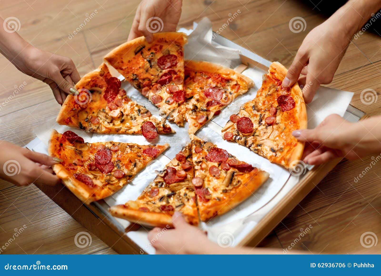 Het eten van voedsel Mensen die Pizzaplakken nemen Vriendenvrije tijd, Snel F