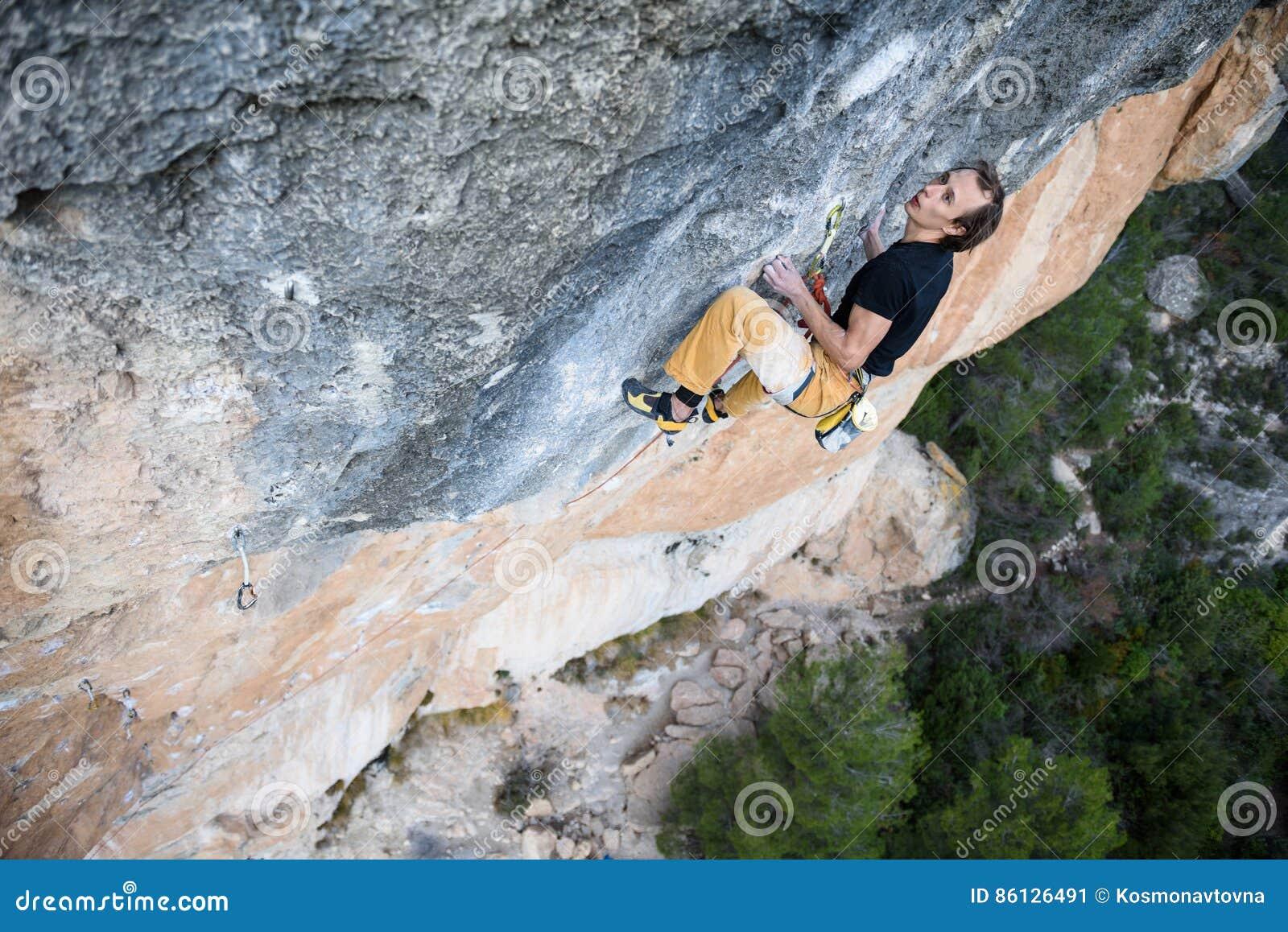 Het extreme sport beklimmen De strijd van de rotsklimmer voor succes Openlucht levensstijl