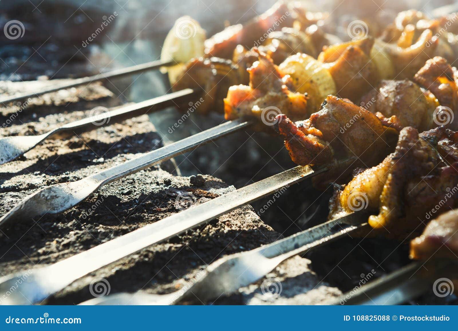 Het festival van het straat snelle voedsel, rundvlees en kippenkebab bij grill