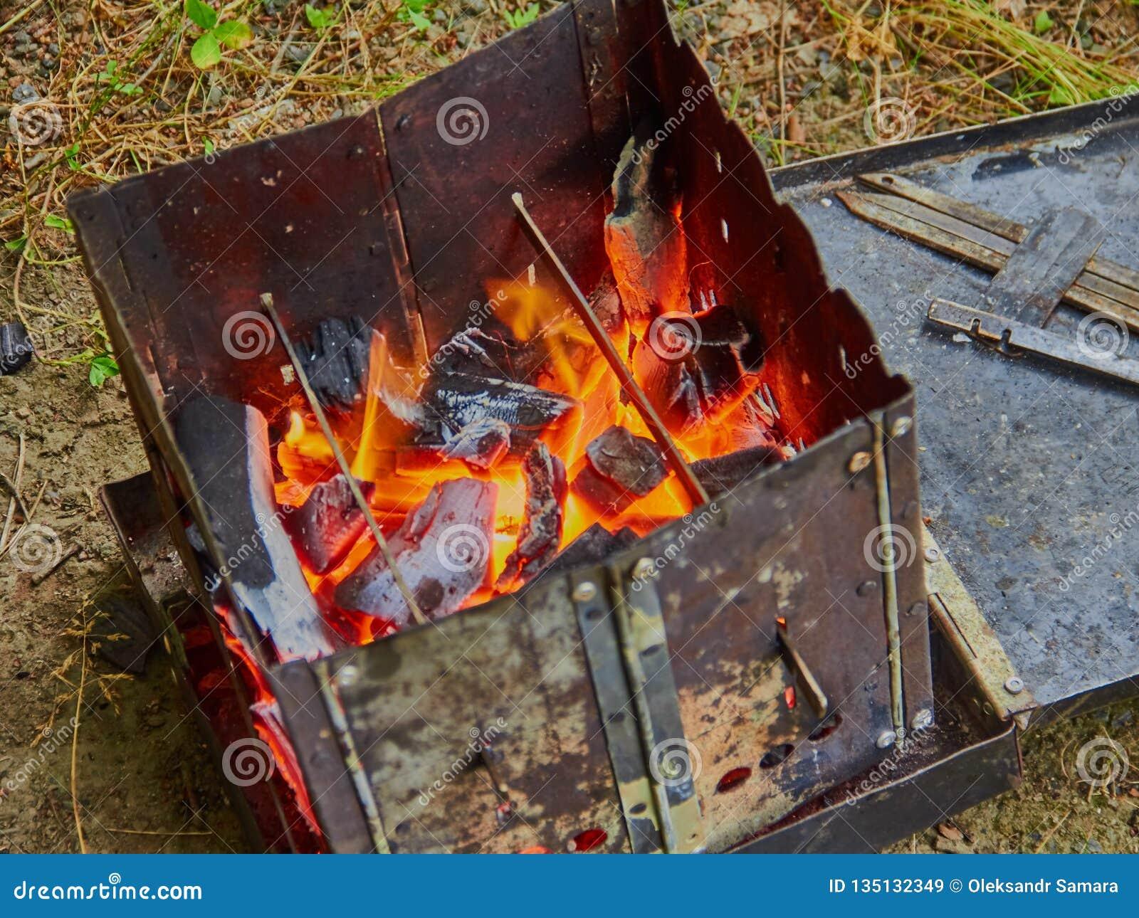 Het fornuis van de wandelingstoerist met brandstof van houten spaanders