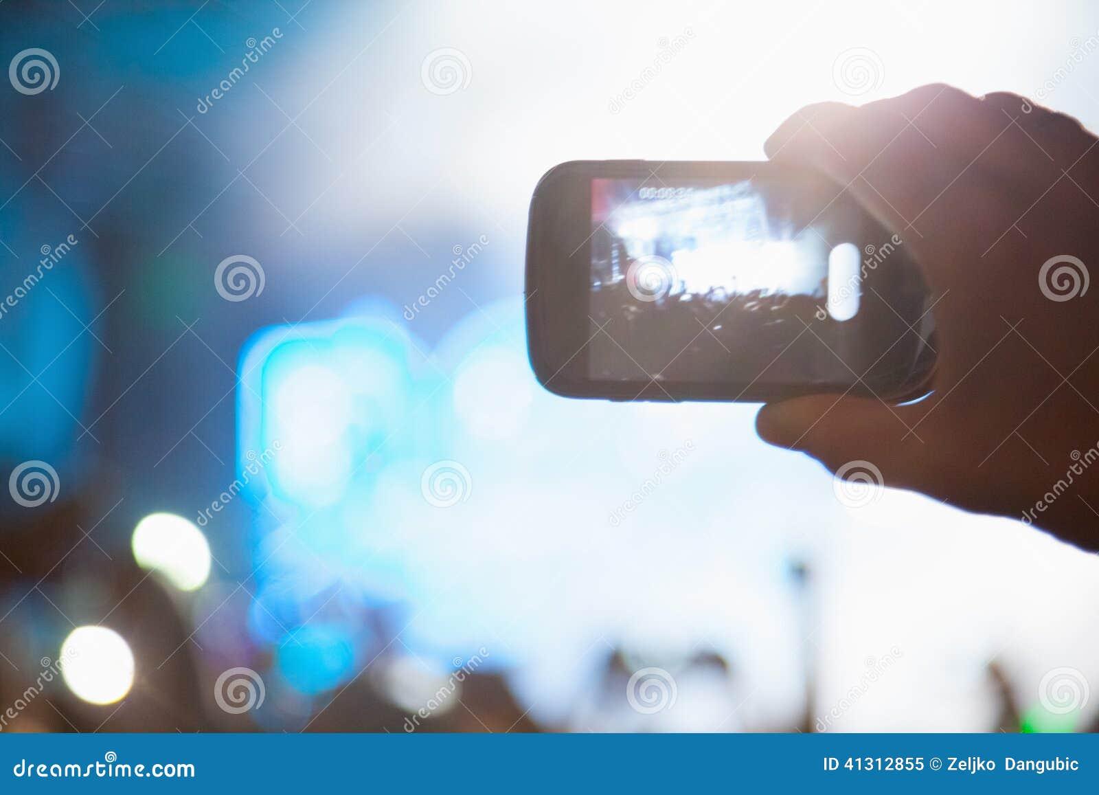 Het fotograferen met celtelefoon bij het overleg