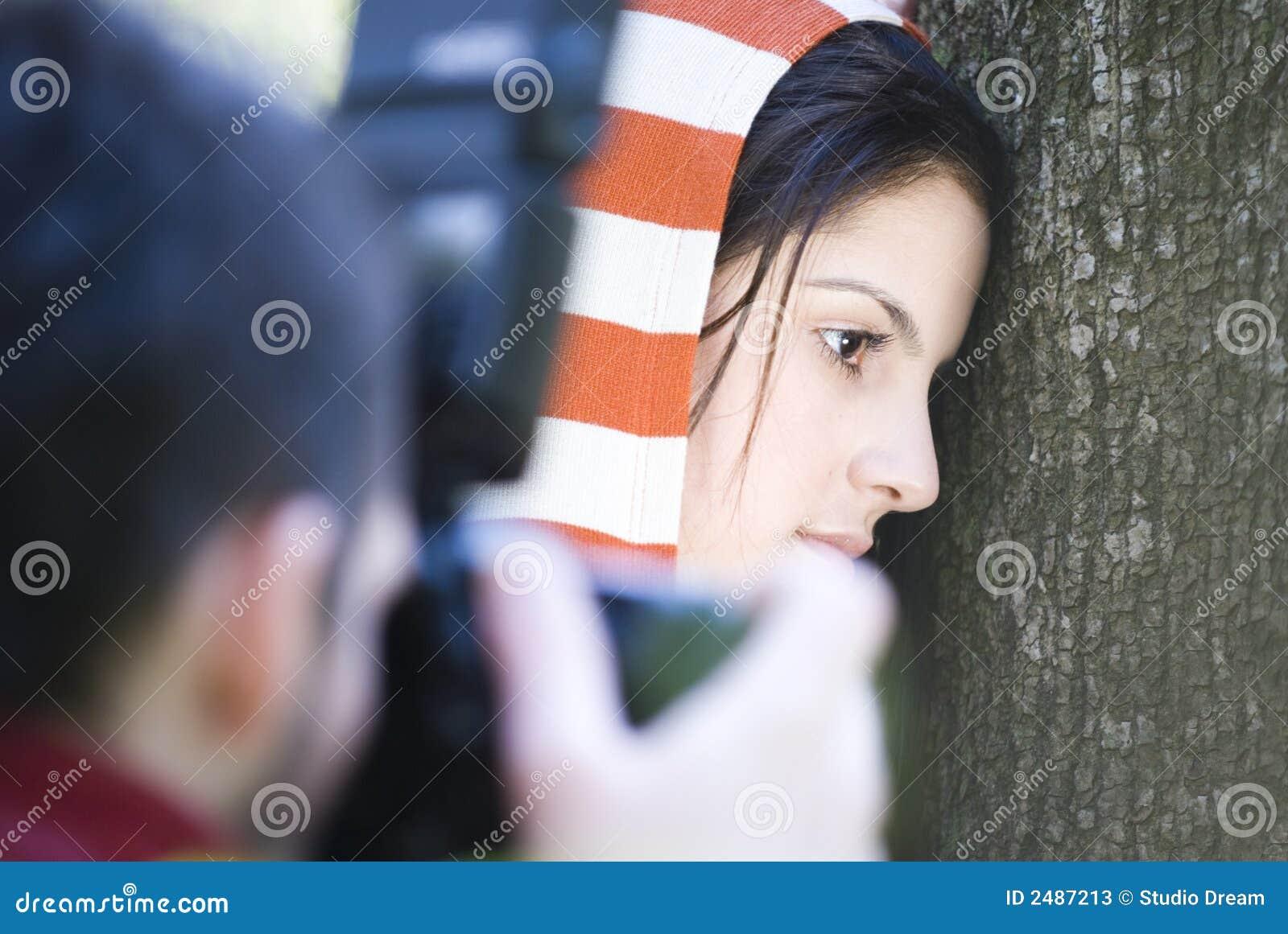 Het fotograferen van donkerbruine vrouw
