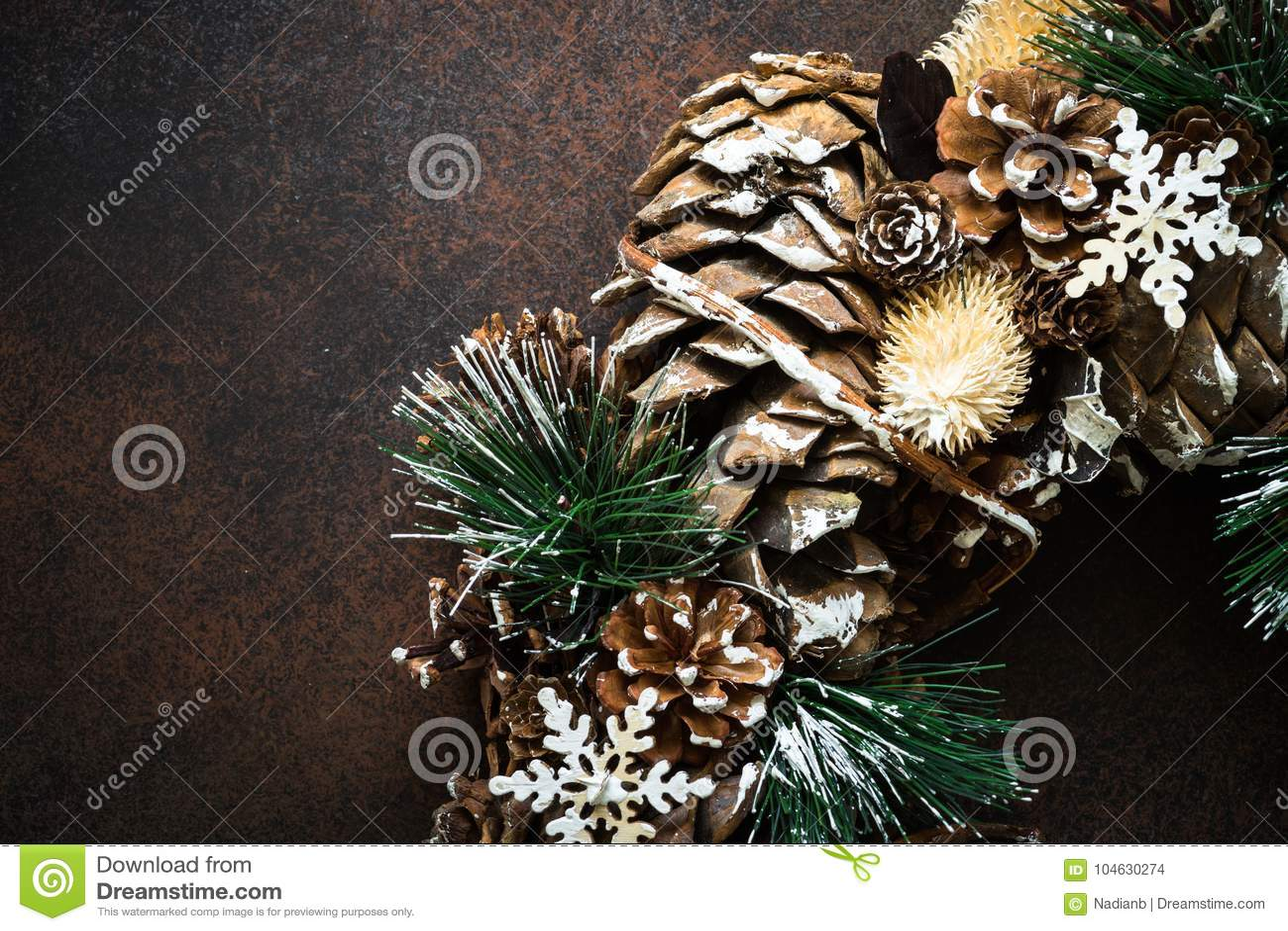 Download Het Fragment Van De Kerstmiskroon Stock Foto - Afbeelding bestaande uit pijnboom, lijst: 104630274