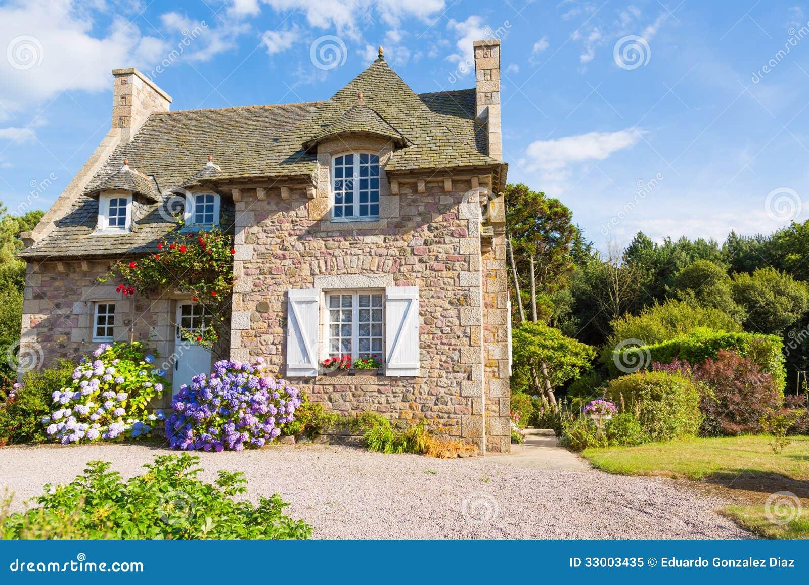 Het franse typische huis van bretagne stock afbeelding afbeelding 33003435 - Ingang van het hedendaagse huis ...