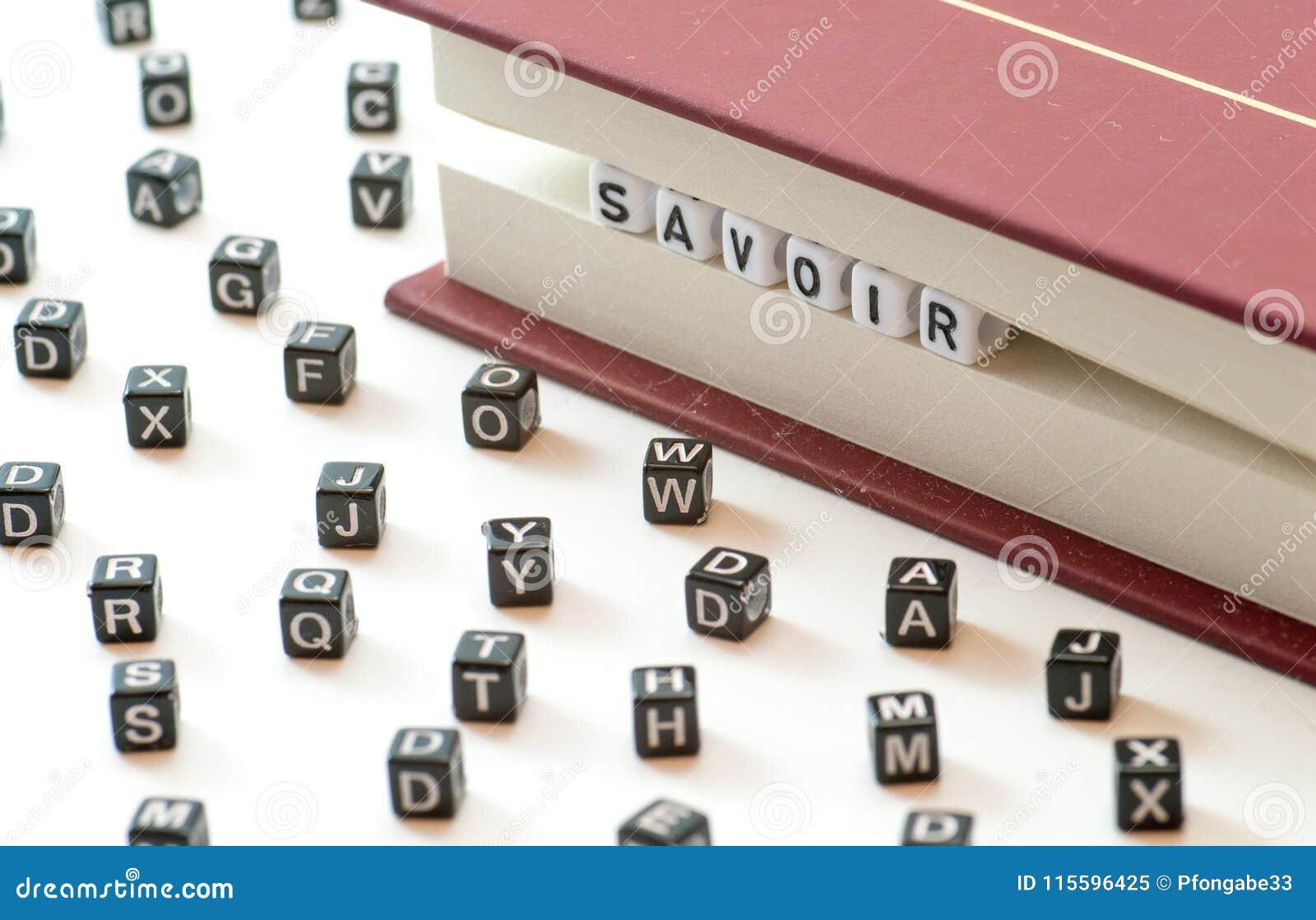 Het Franse woord die savoir het weten betekenen geschreven die met brieven tussen een boek worden opgesloten dient en spreidde br