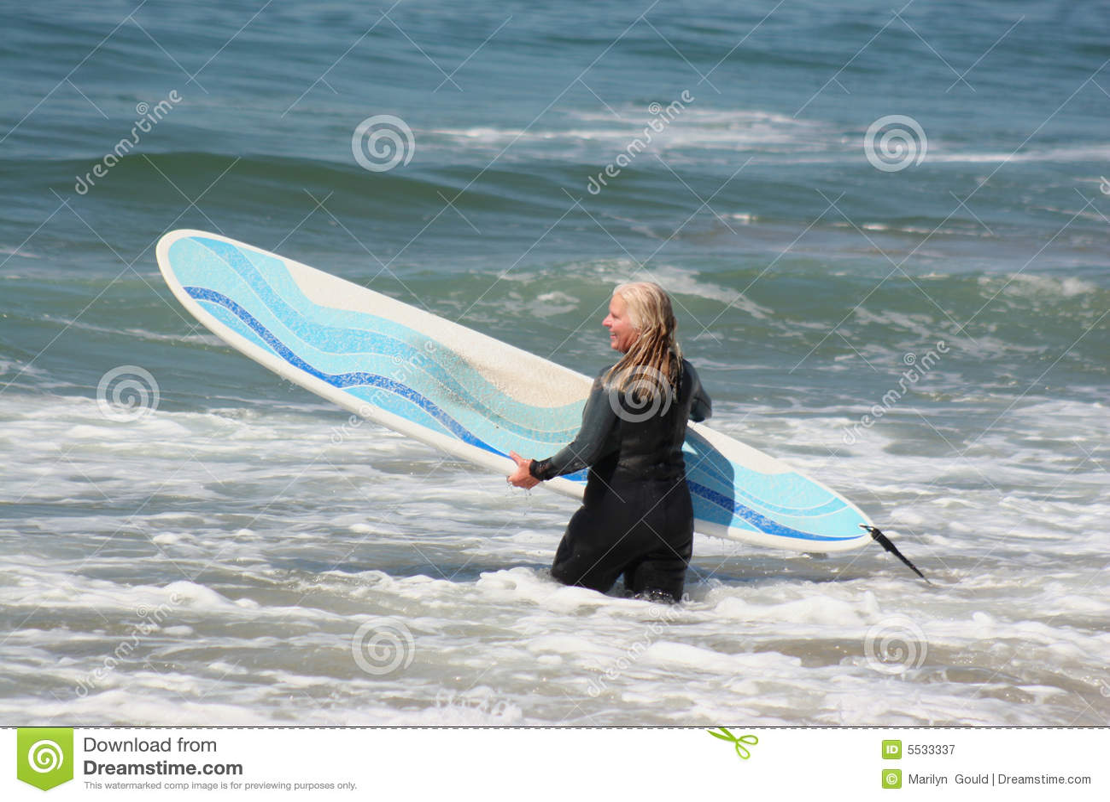 Het gaande surfen van de vrouw