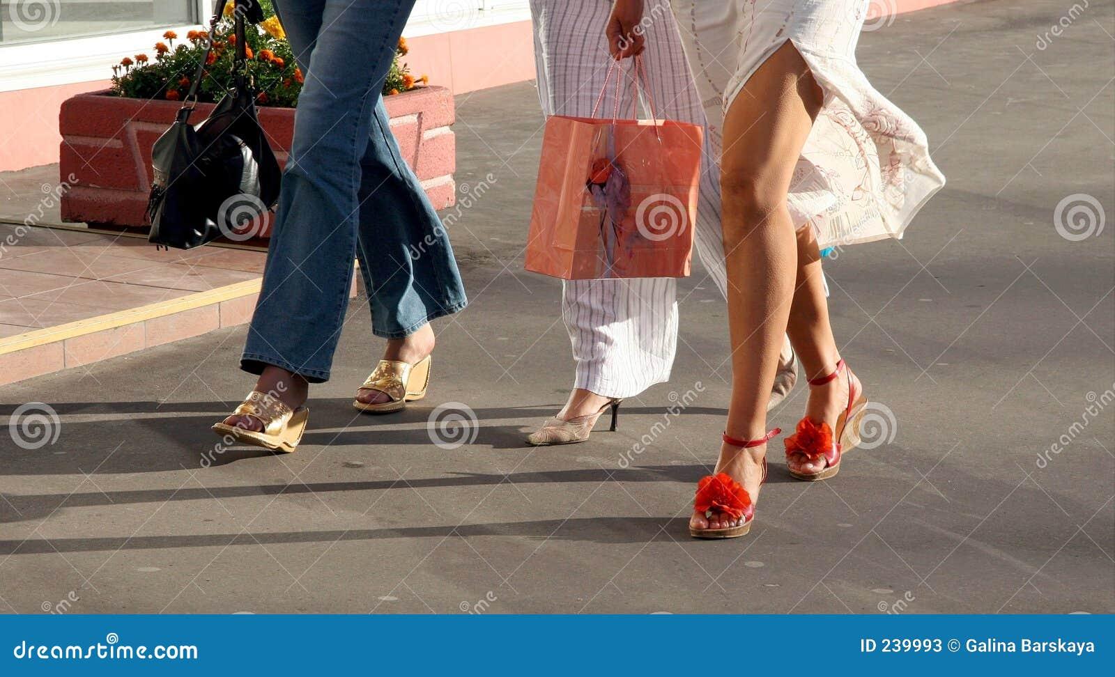 Het gaande winkelen van meisjes