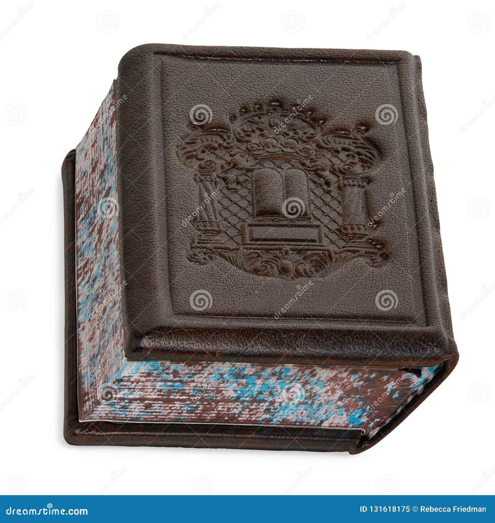 Het geïsoleerde Bruine Boek Siddur die van het Leergebed op Wit opstaan