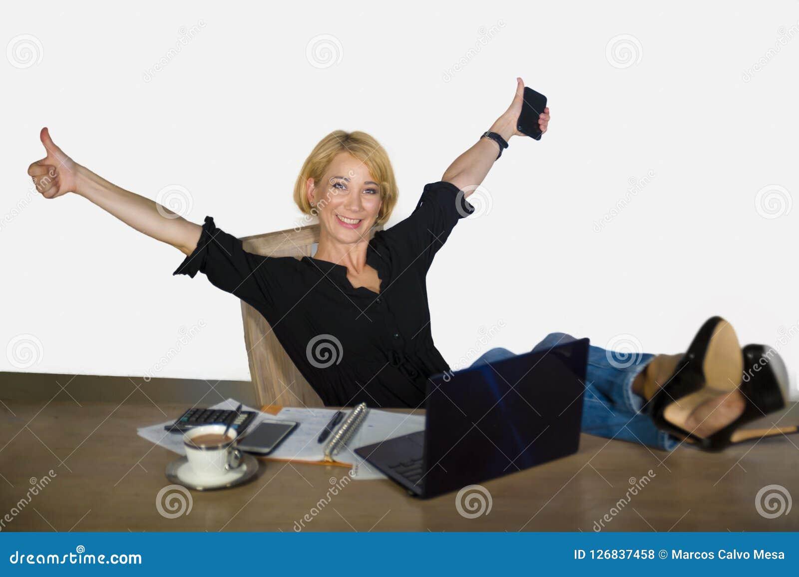 Het geïsoleerde collectieve bedrijfsportret van jonge mooie en gelukkige vrouw met blondehaar die ontspande bij bureaulaptop comp