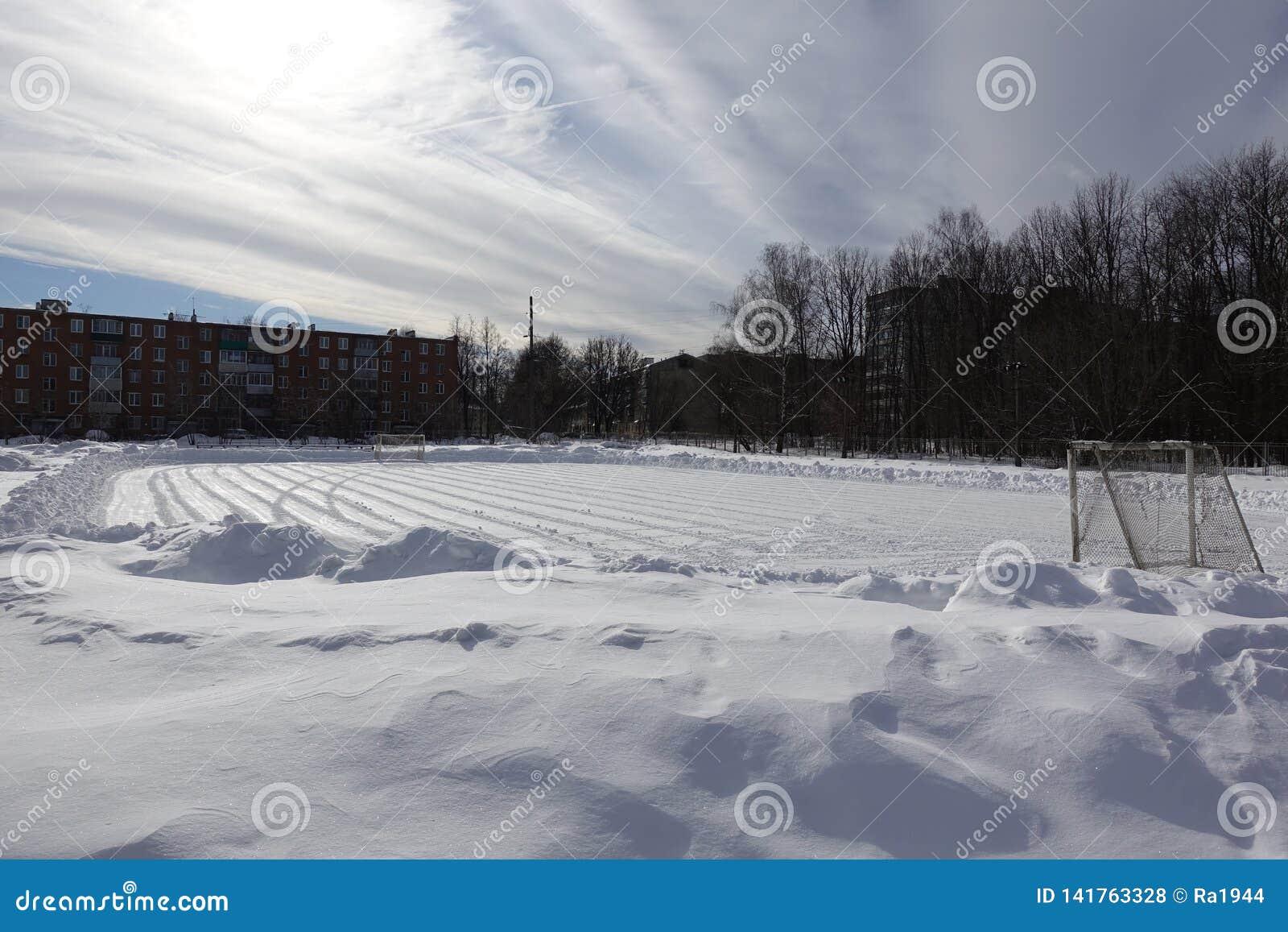 Het gebied van de voetbal in de sneeuw Ontruimd van sneeuw