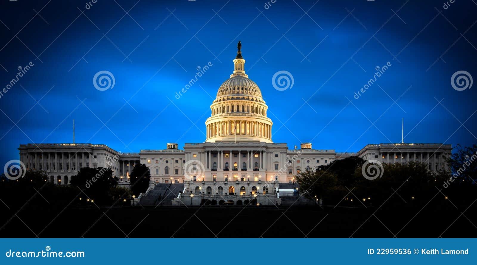 Het gebouw van het Capitool van de V.S. bij nacht