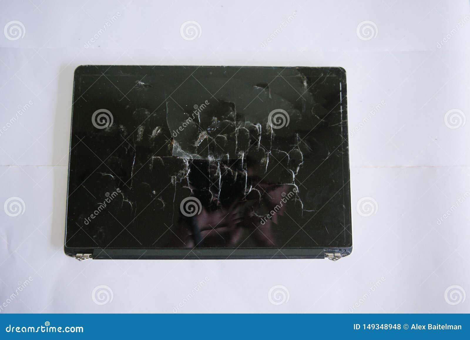 Het gebroken laptop scherm op een lichte achtergrond