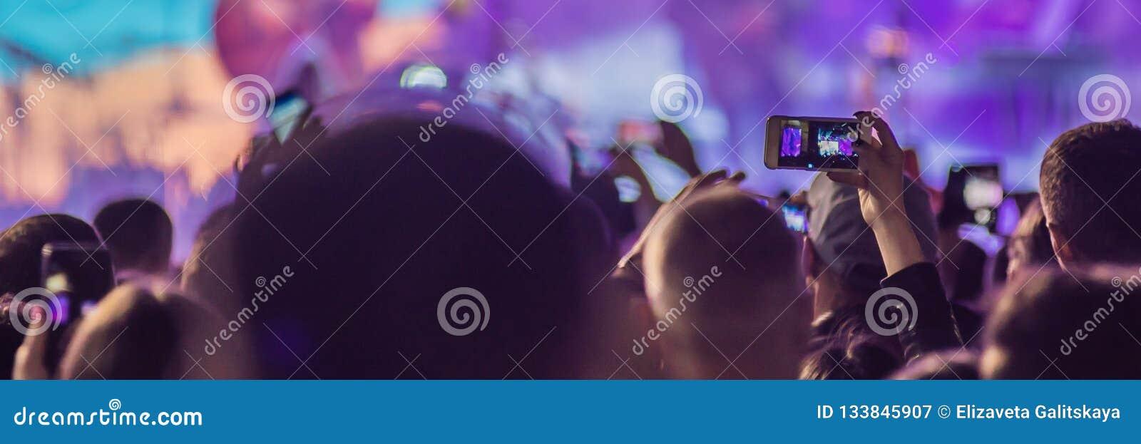 Het gebruik ging mobiele opname, pretoverleg vooruit en de mooie verlichting, Spontaan beeld van menigte bij rotsoverleg, sluit o