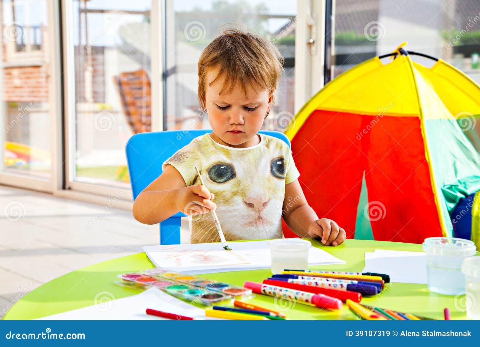 Het geconcentreerde meisje schilderen