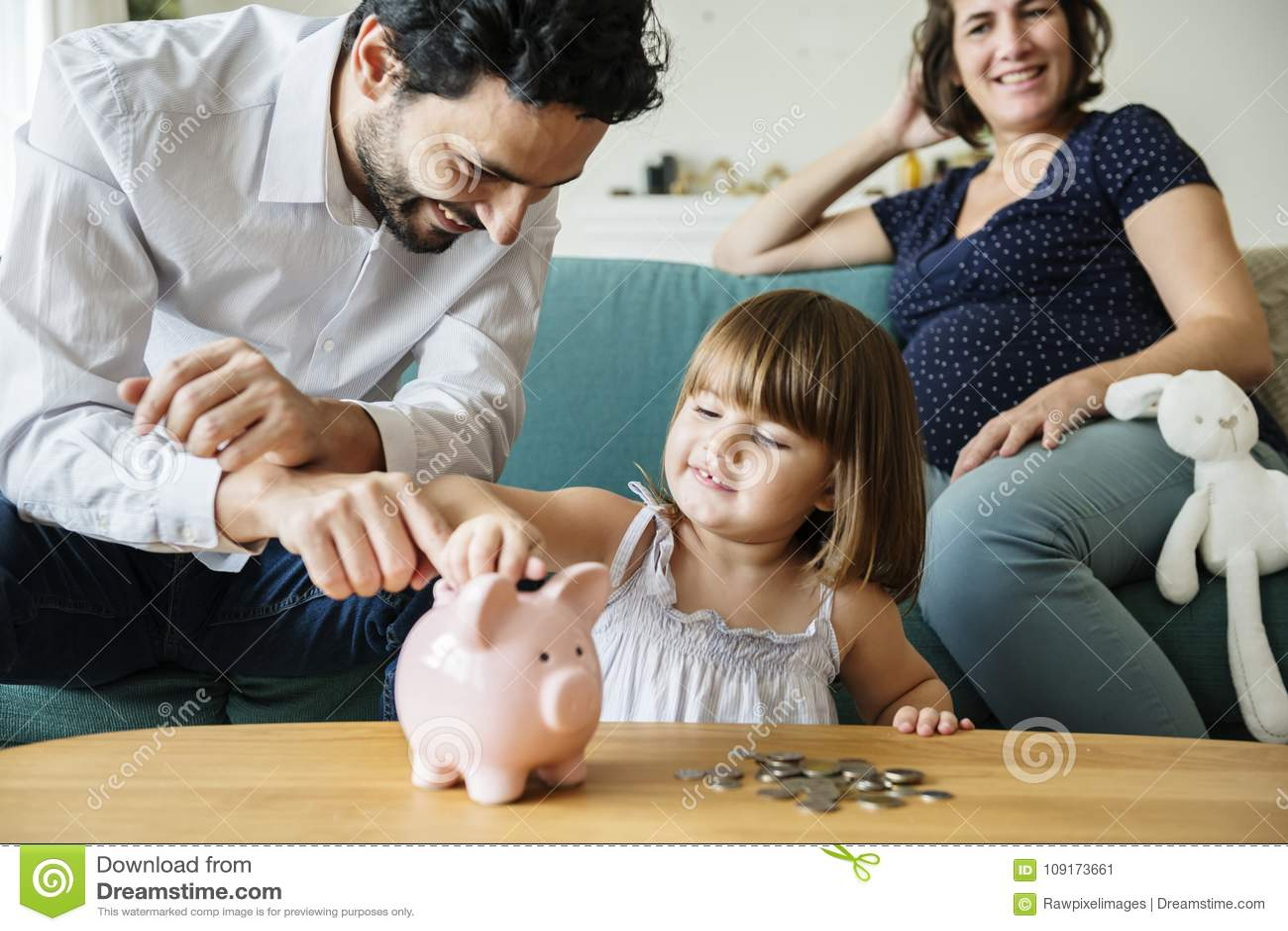 Het geld van de familiebesparing in spaarvarken