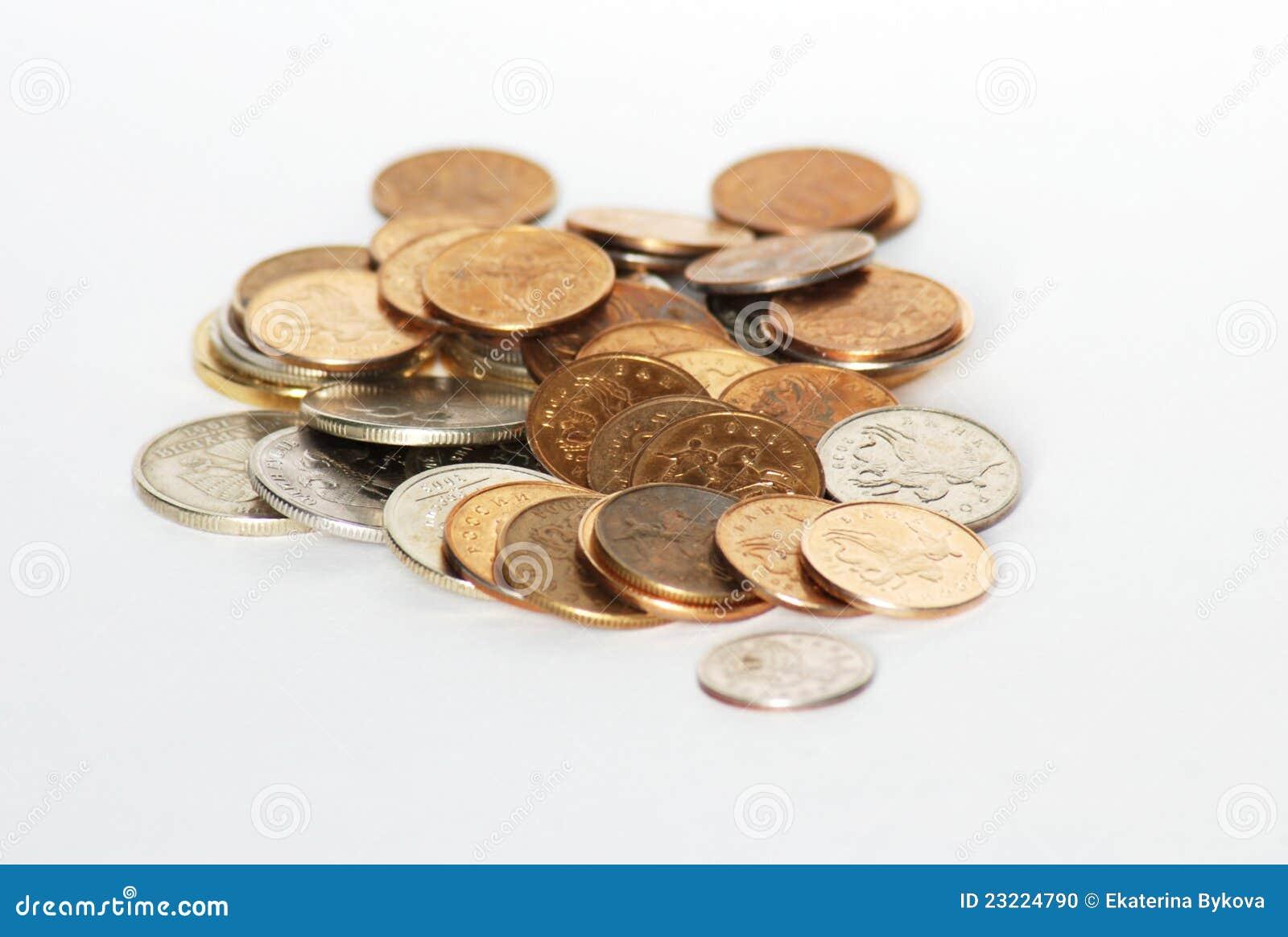 Het geld van muntstukken op witte achtergrond
