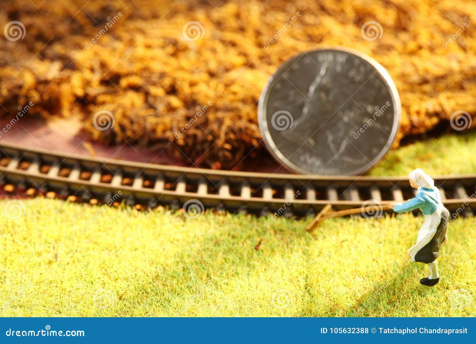 Het geldmuntstuk zette op de miniatuur modelspoorwegscène