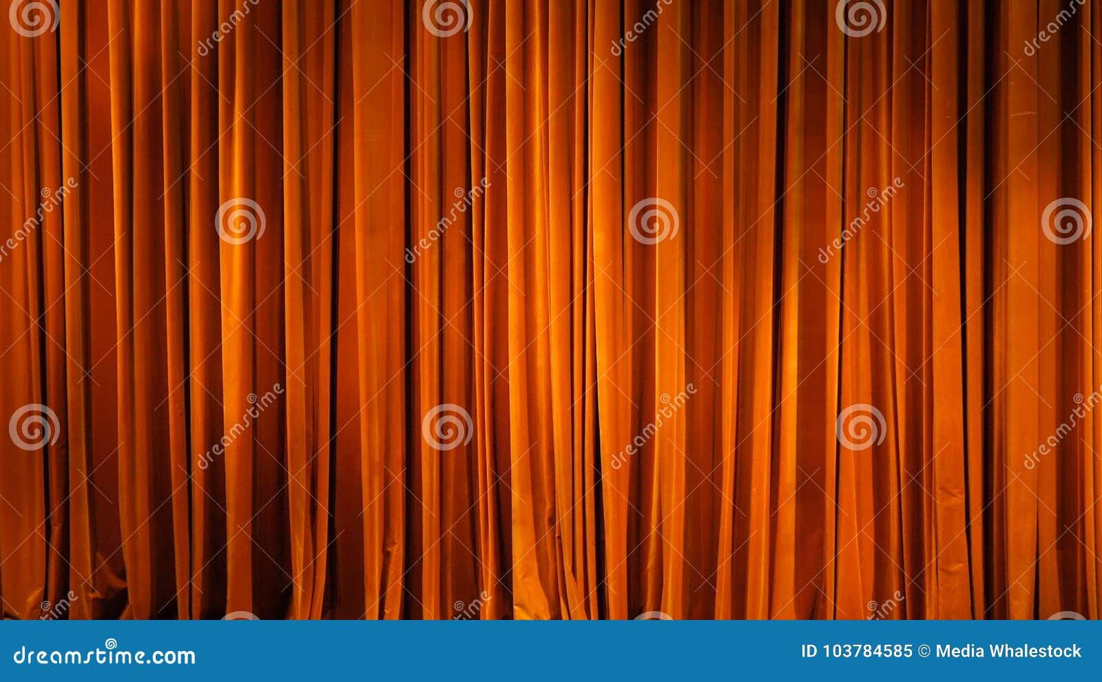 Het gele gordijn Theatrale scènes met licht van de schijnwerpers in de gesloten positie