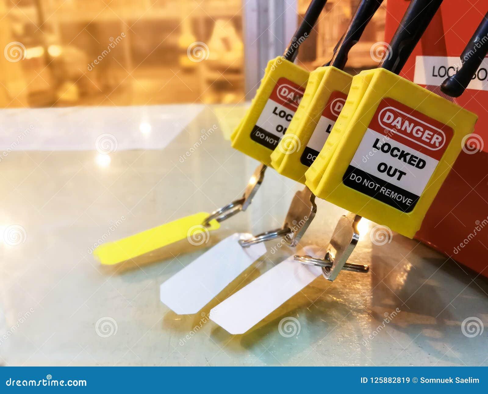 Het gele zeer belangrijke slot en de markering voor proces snijden elektro, de knevel t af