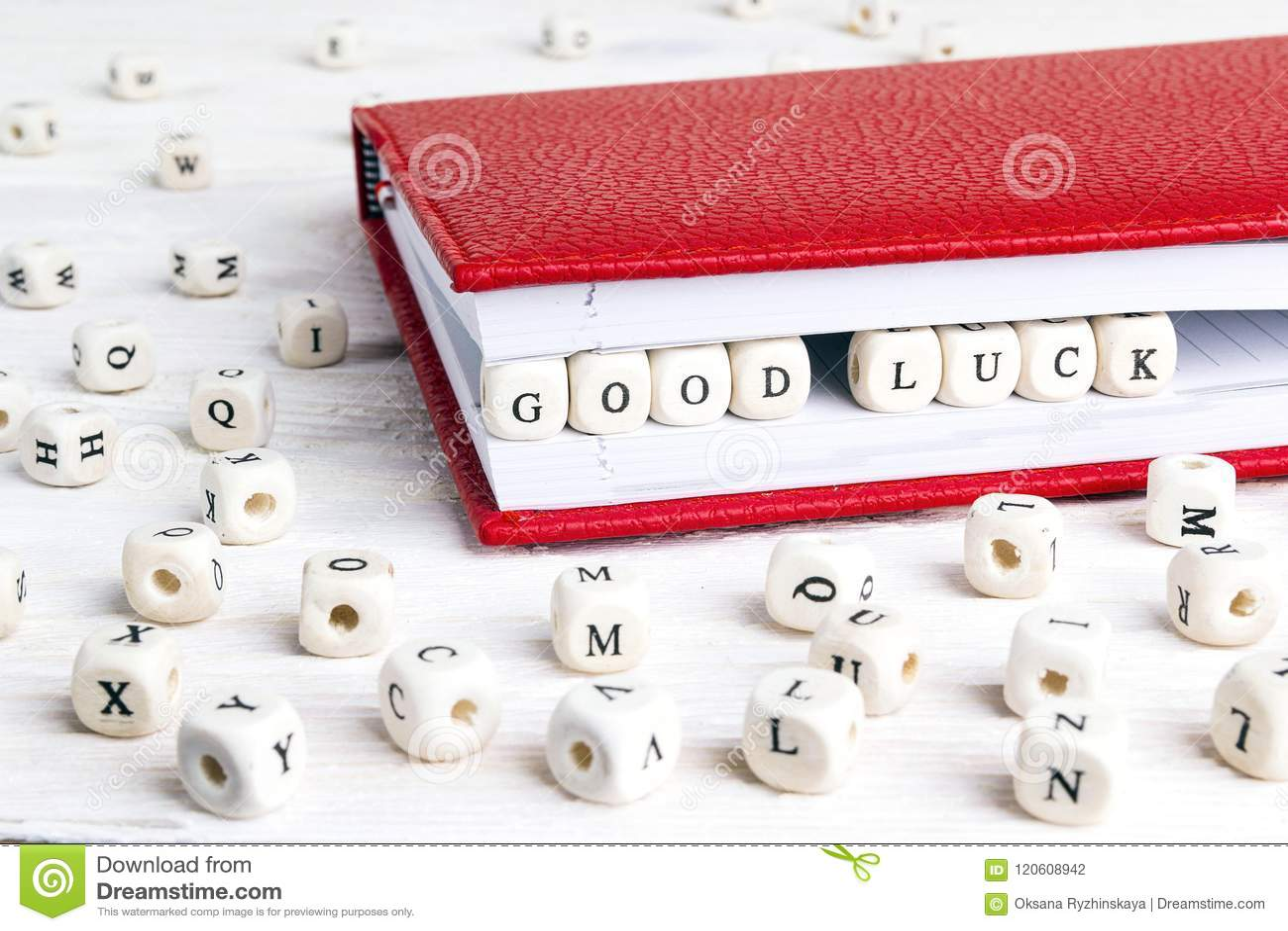 Het geluk van uitdrukkingscood in houten blokken in rood notitieboekje op whi wordt geschreven die