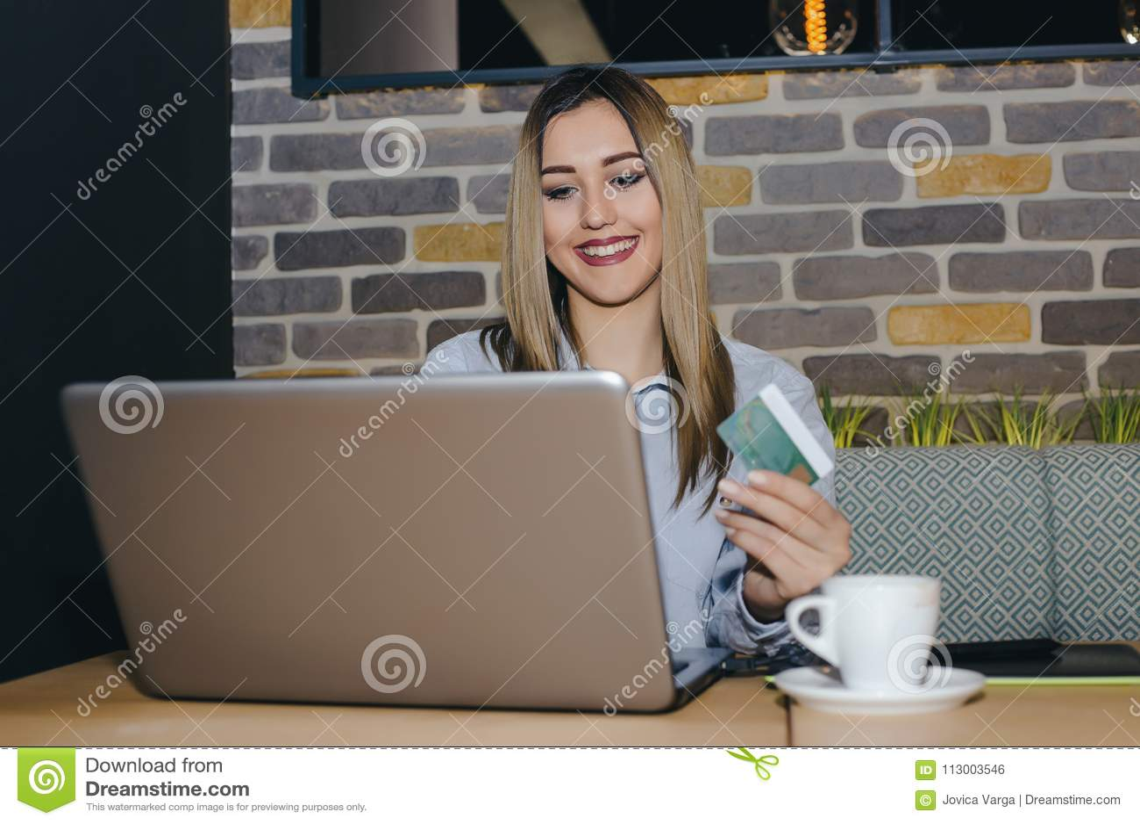 Het gelukkige aantrekkelijke vrouw online betalen