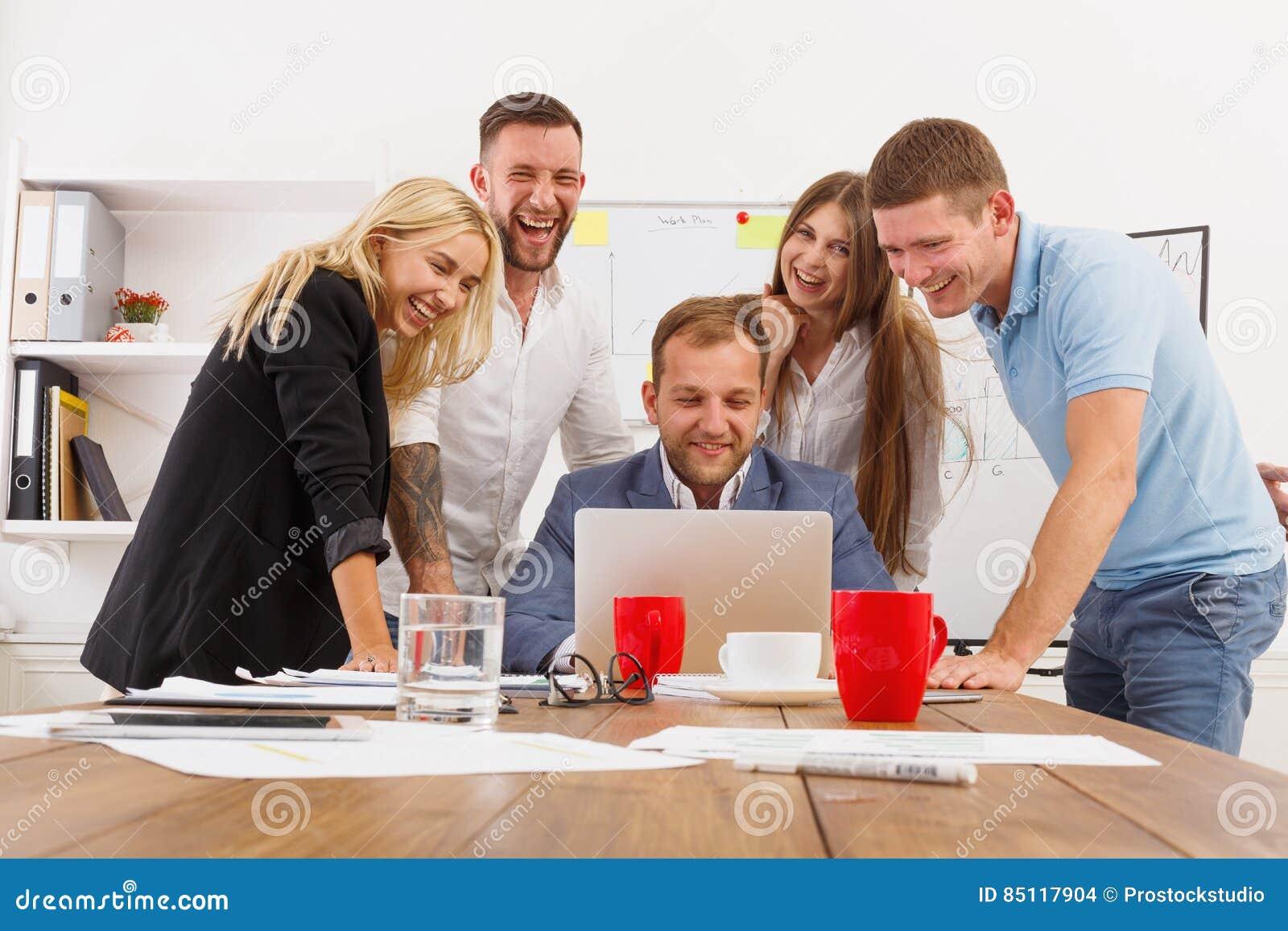 Het gelukkige bedrijfsmensenteam heeft samen pret in bureau