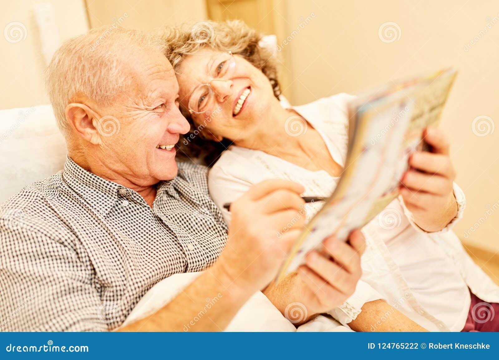 Het gelukkige bejaarde paar lost raadsels op