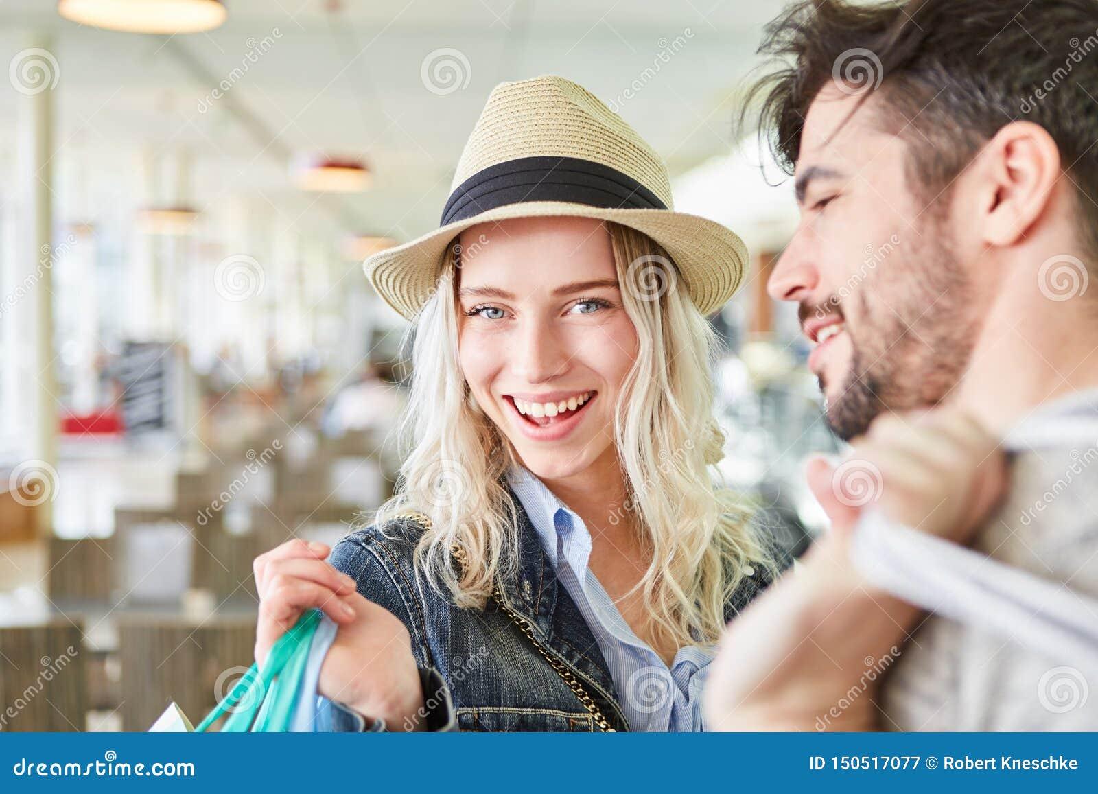 Het gelukkige blonde tiener winkelen