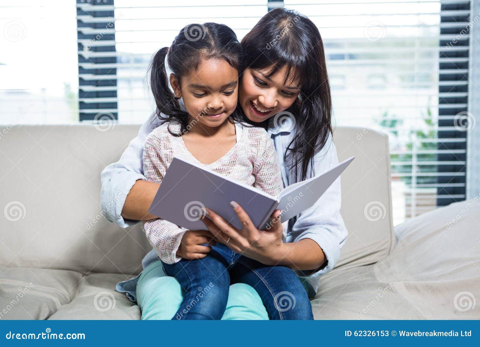 Het gelukkige boek van de moederlezing met haar dochter