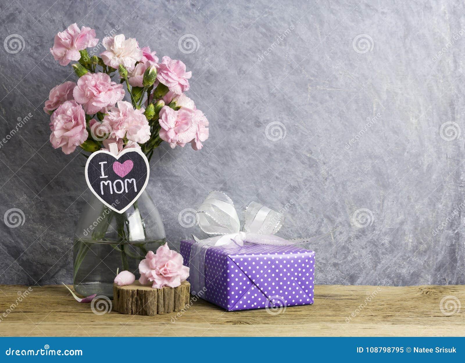 Het gelukkige concept van de moedersdag roze anjerbloemen in fles