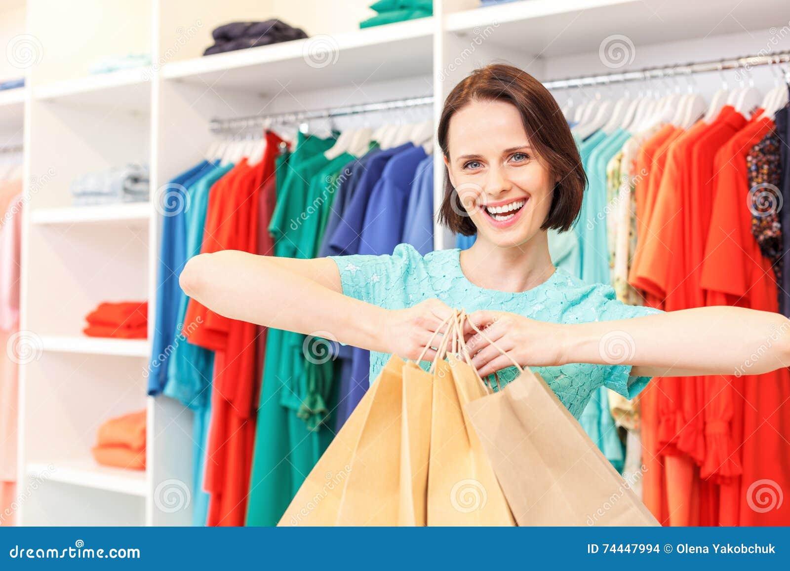 Het gelukkige dame opscheppen van aankoop in winkel