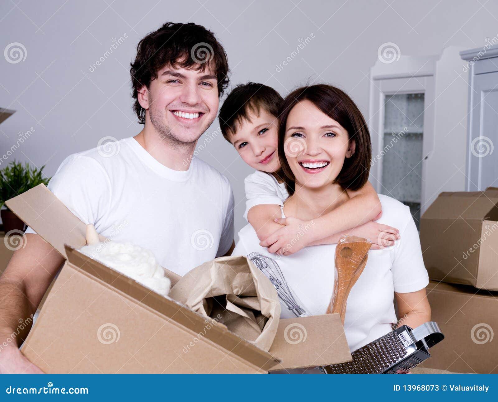Het gelukkige familie bewegen zich