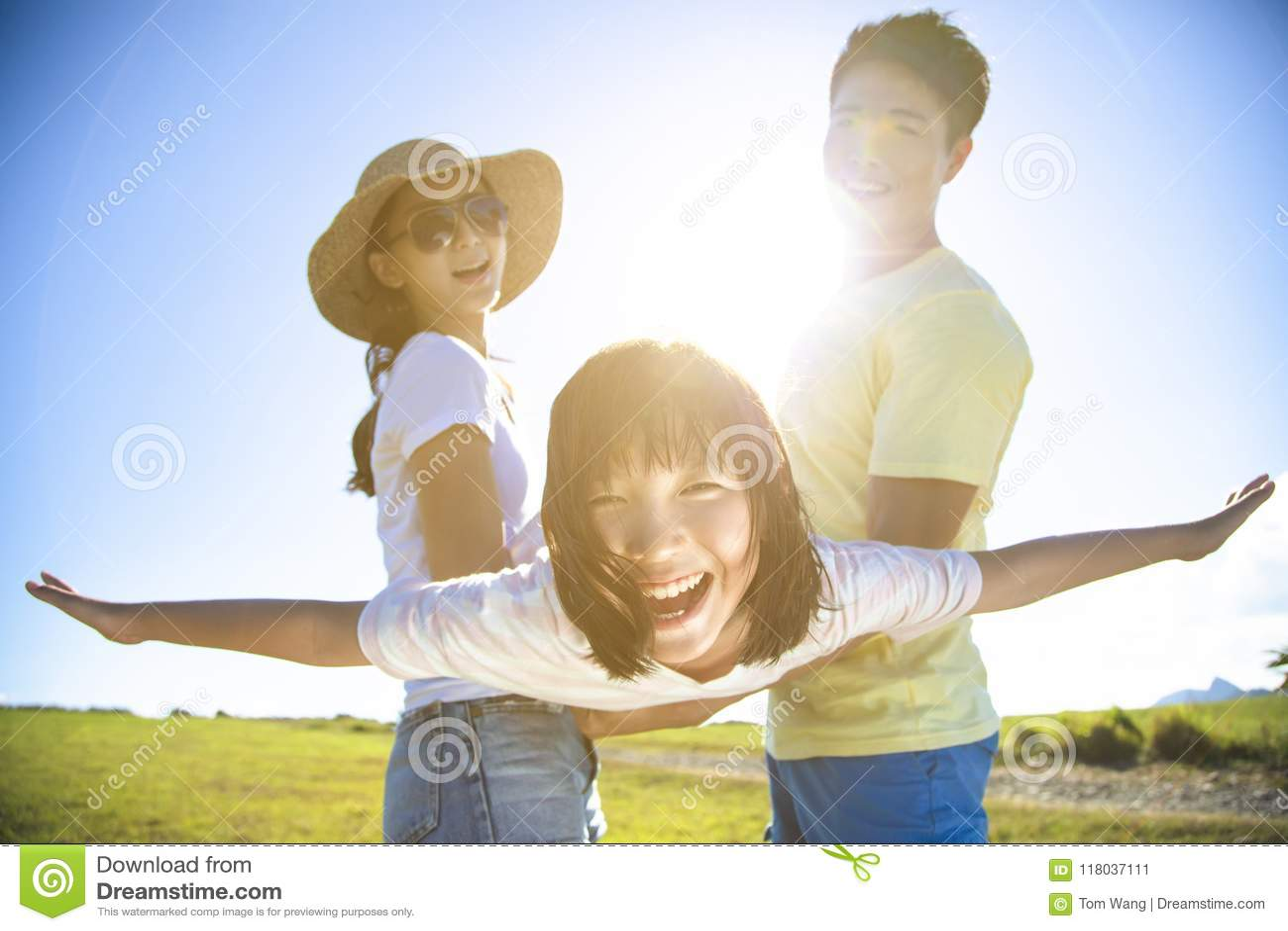 Het gelukkige familie spelen op het gras