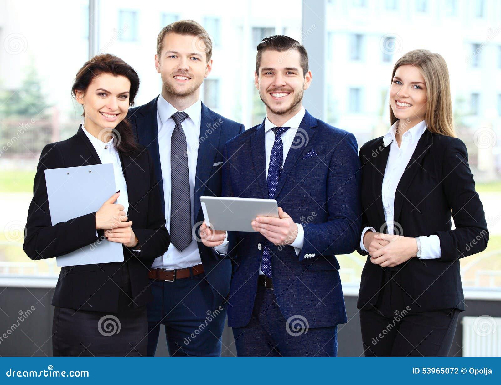 Het gelukkige glimlachen businessteam in bureau