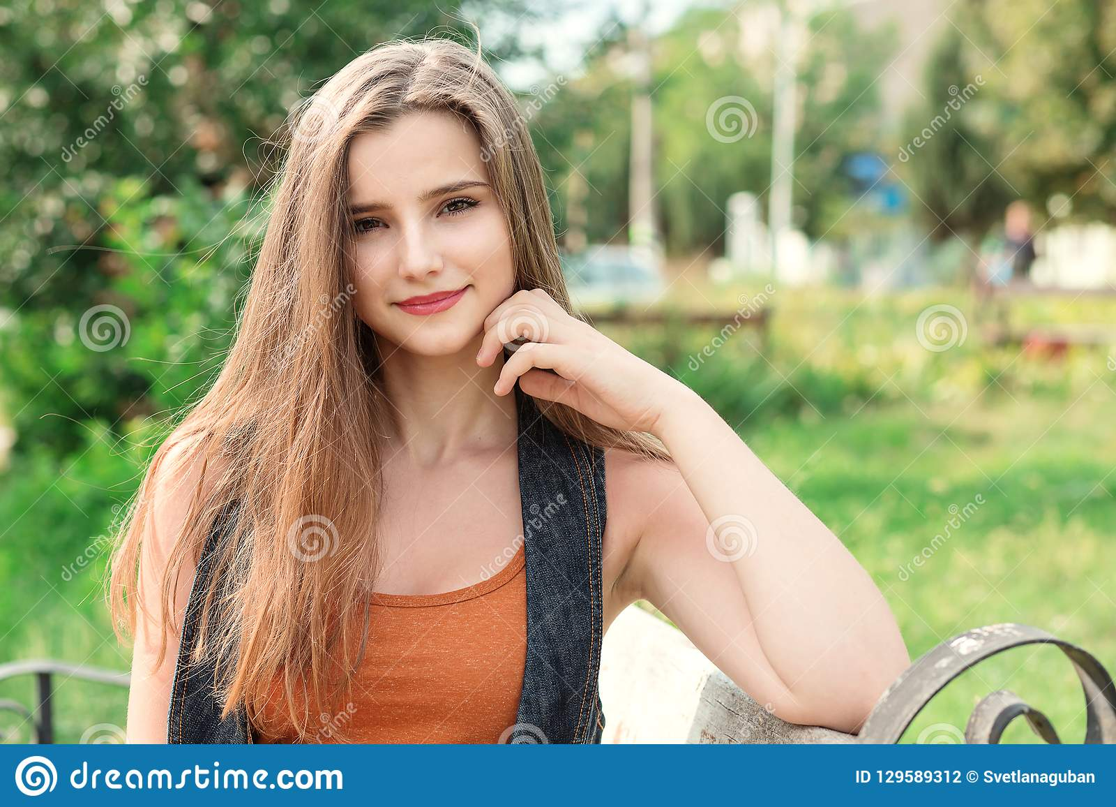 Het gelukkige glimlachen van de vrouw