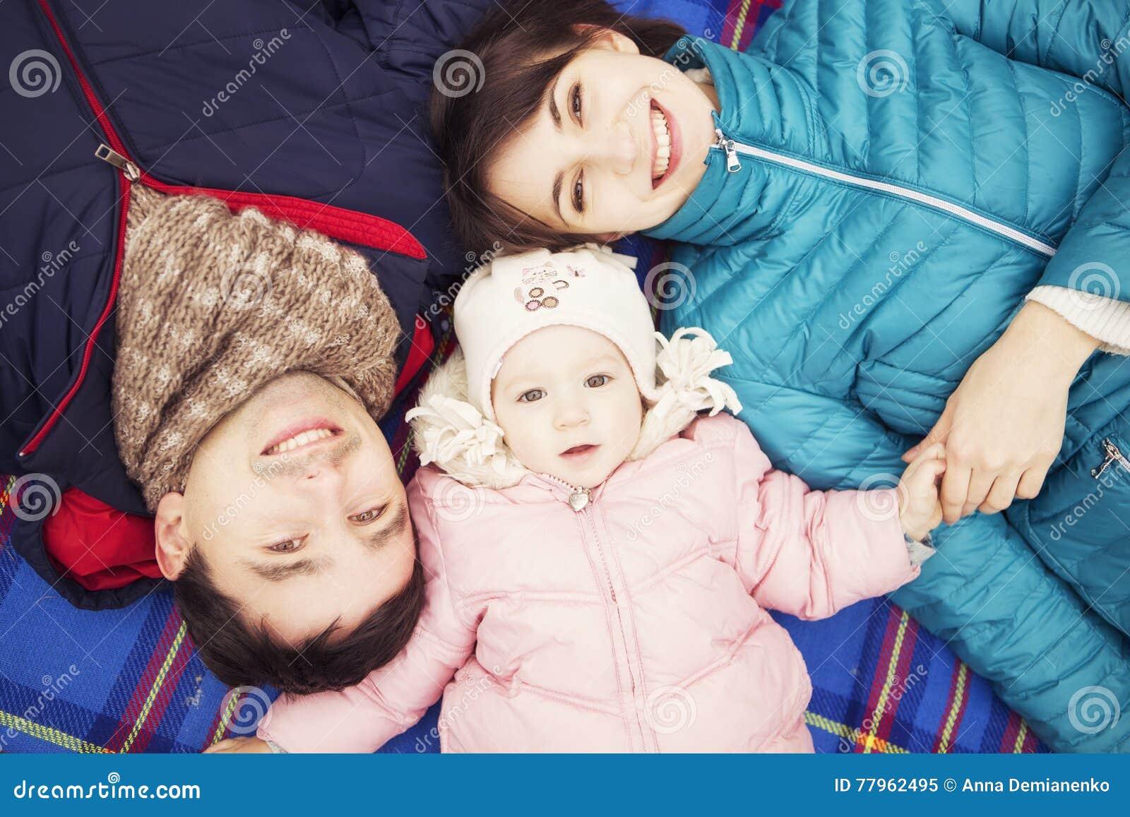 Het gelukkige houden van family& x28; moeder, vader en weinig dochter kid& x29; outd