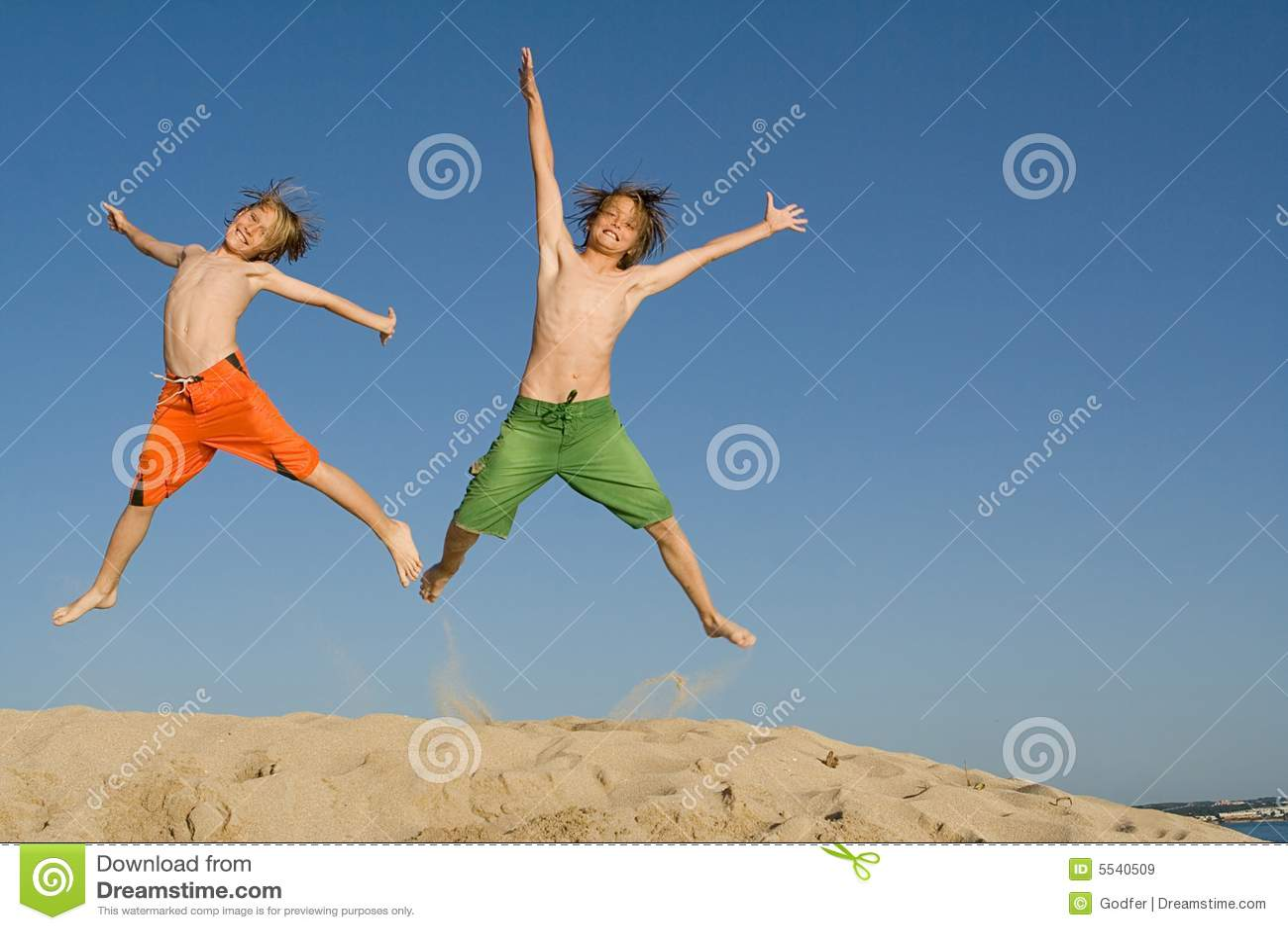 Het gelukkige jonge geitjes springen