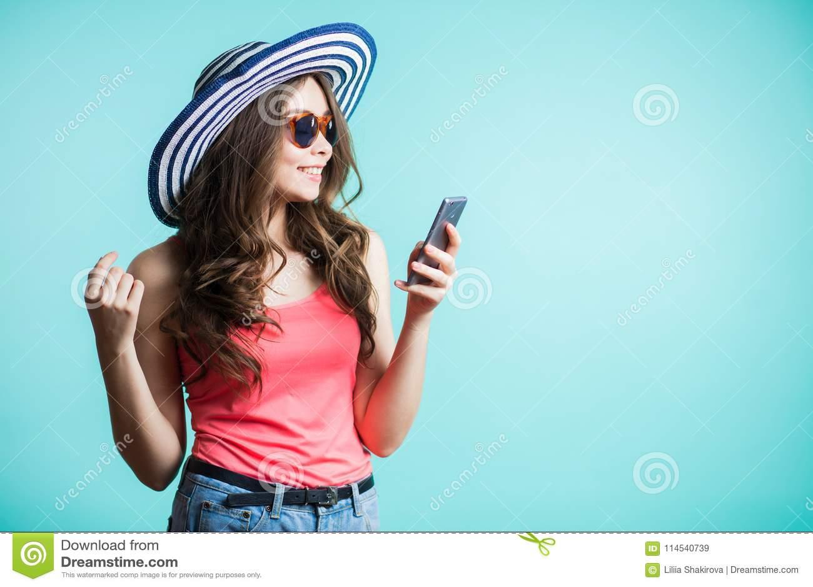 Het gelukkige jonge vrouw texting op smartphone Technologie, mededeling