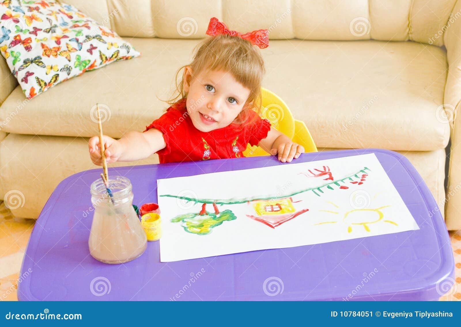 Het gelukkige kind trekt verven