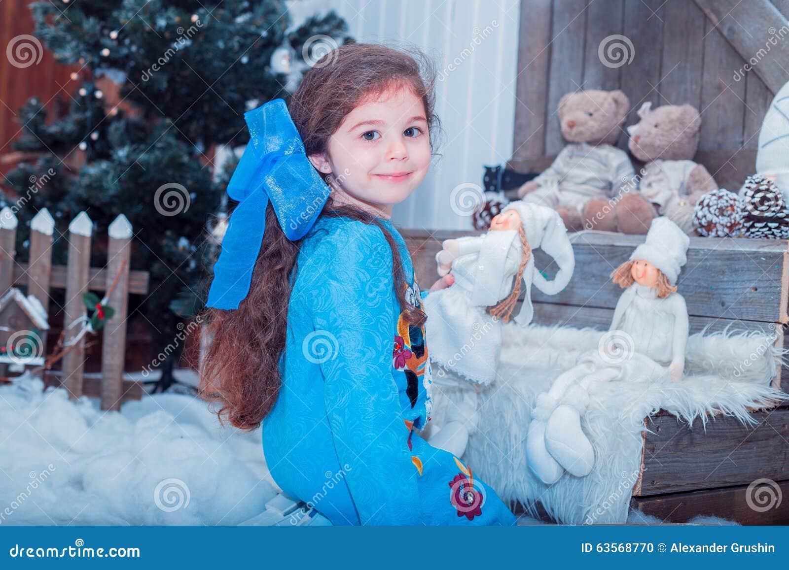 Het gelukkige kleine meisje in kleding met heden heeft kerstmis stock foto afbeelding 63568770 - Foto slaapkamer klein meisje ...