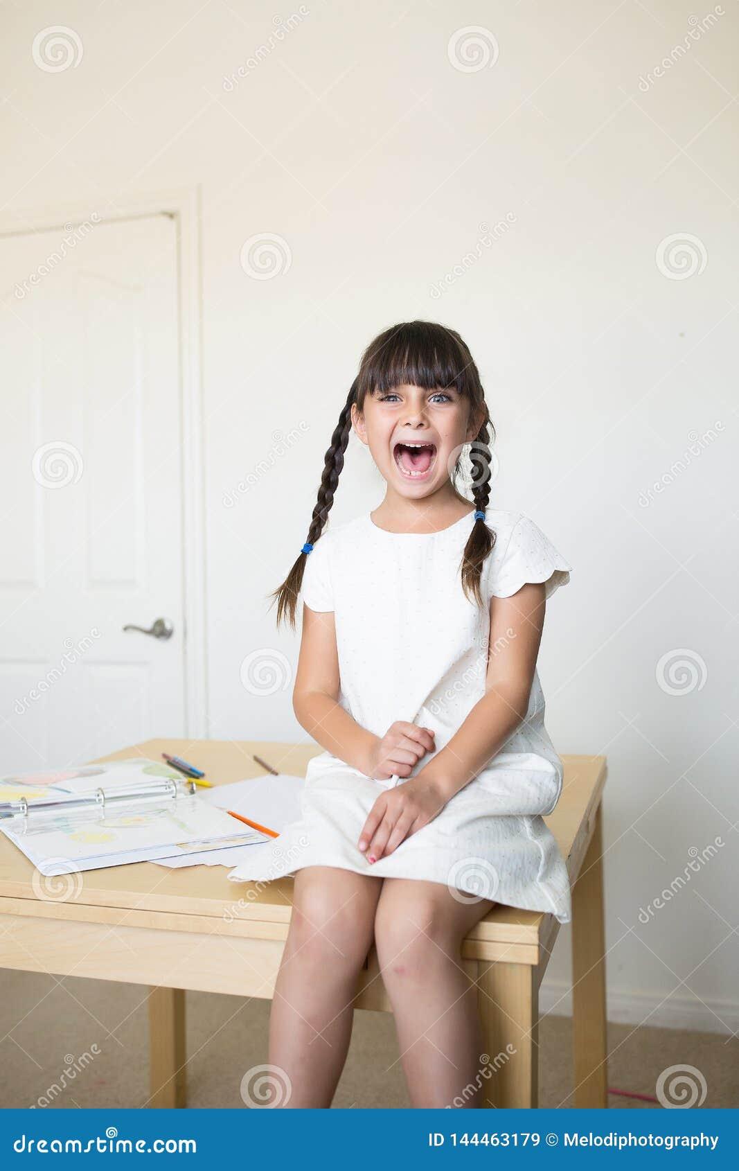 Het gelukkige meisje gillen