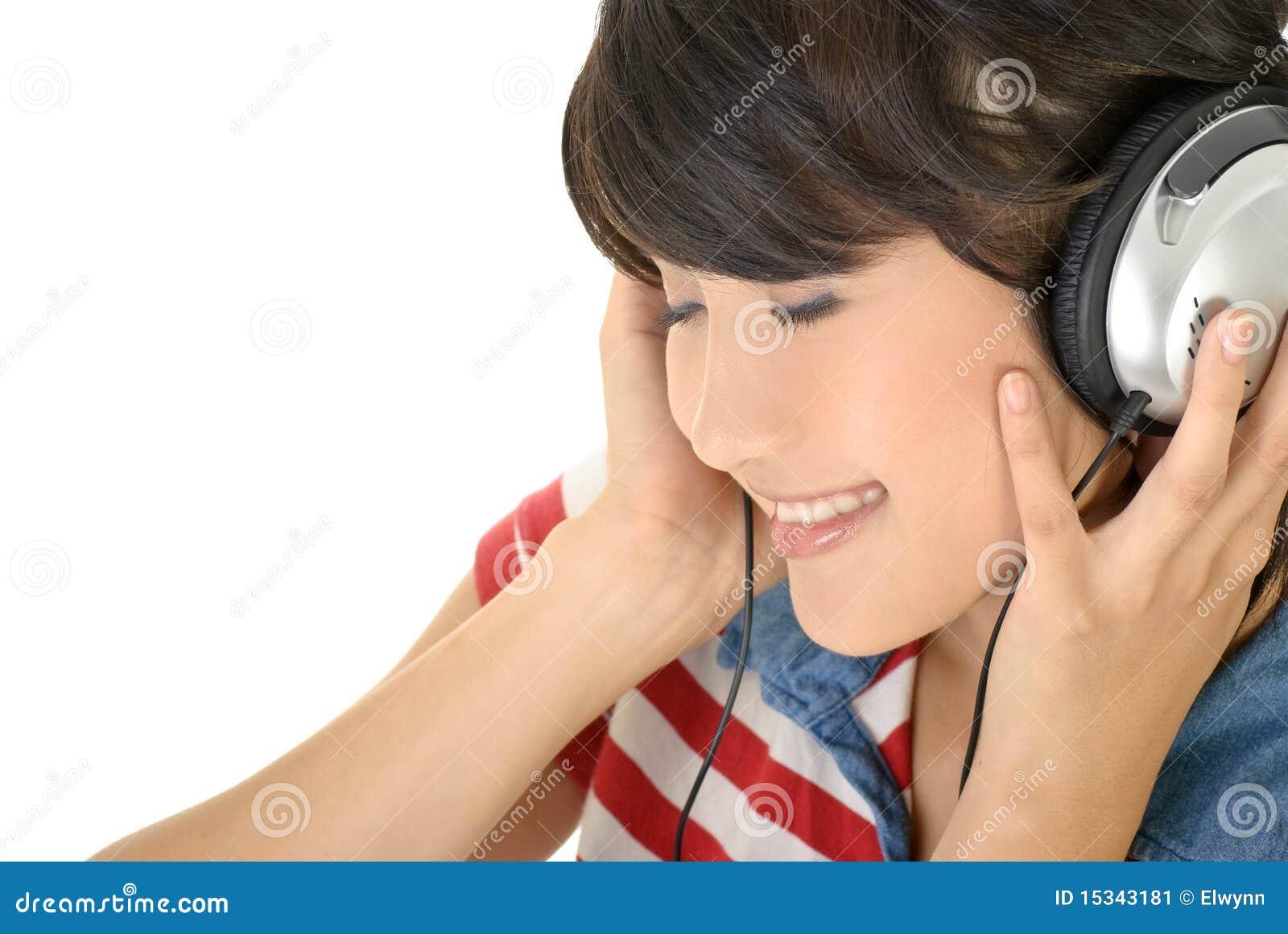 Het gelukkige meisje luistert muziek