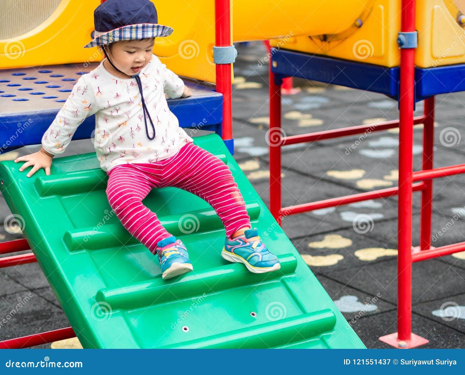 Het gelukkige meisje spelen bij de speelplaats Gelukkige kinderen, FA