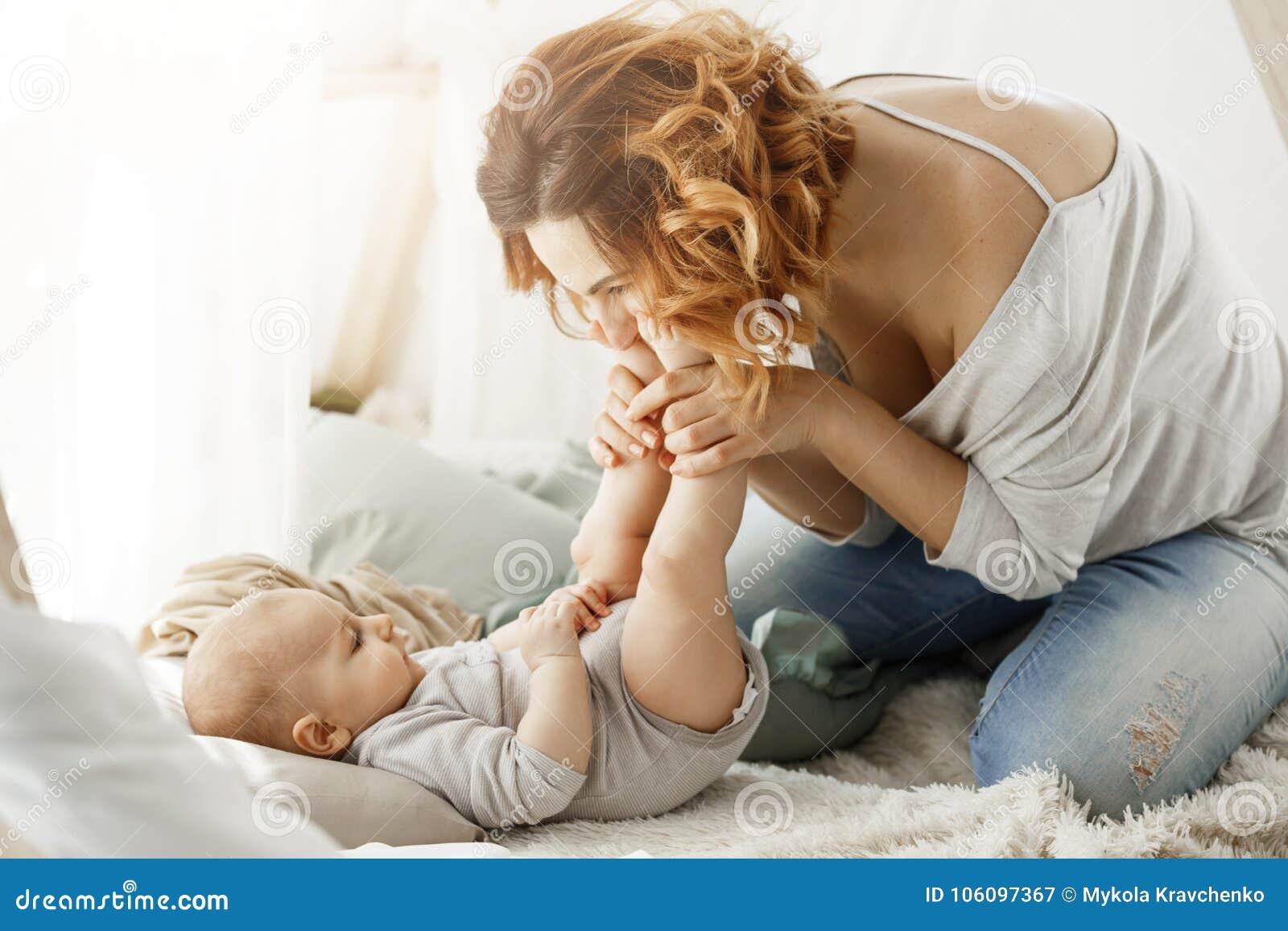 Kussen Voor Baby : Baby met mutsje op kussen zeepjeshuis