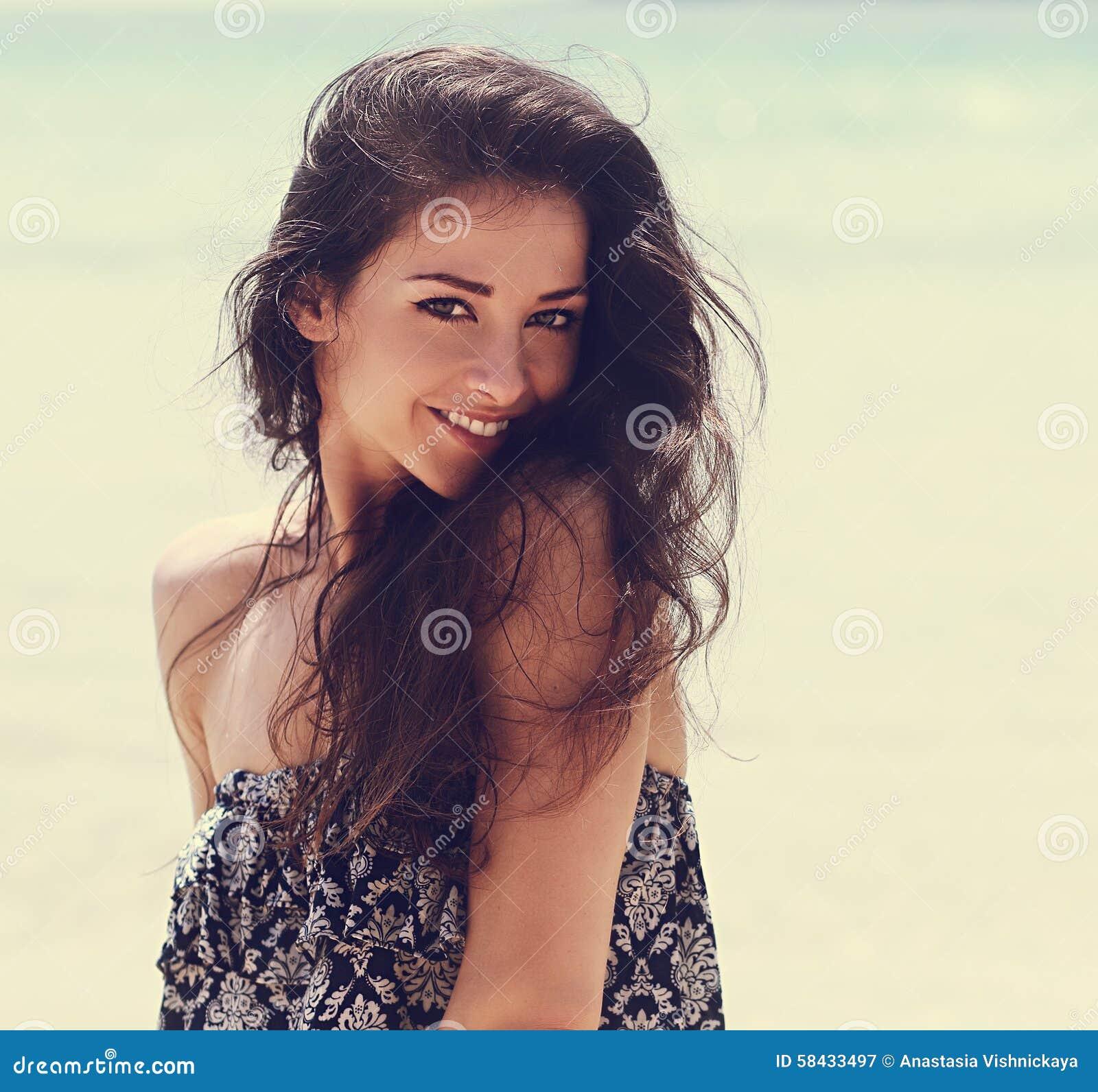 Het gelukkige mooie natuurlijke emotievrouw joying op blauwe overzeese backgro